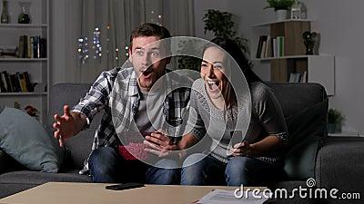 Amici che soffrono un blackout durante la partita di sport della TV video d archivio