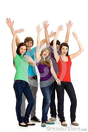 Amici con le braccia alzate