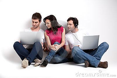 Amici curiosi che esaminano computer portatile
