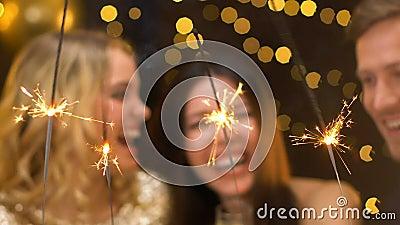 Amici multietnici che celebrano nuovo anno, spendente insieme tempo al partito, gioia archivi video