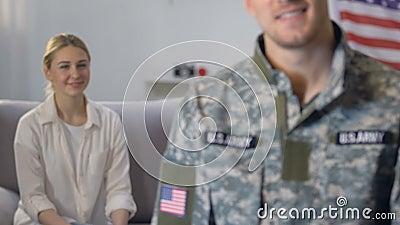 Amiga orgulhosa que olha o oficial do exército, defesa da nação, exército americano filme