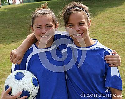 Amigos adolescentes del jugador de fútbol de la juventud