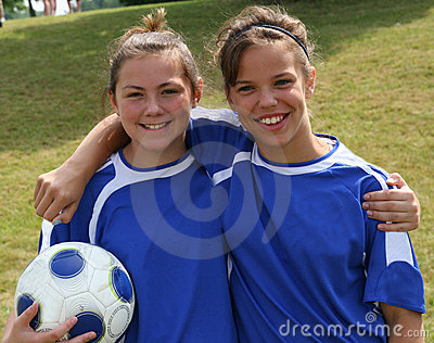 Amigos adolescentes do jogador de futebol da juventude