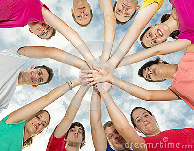 Amigos alegres felizes que dão forma a um círculo
