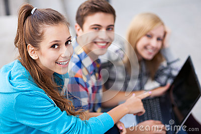 Amigos con la computadora portátil