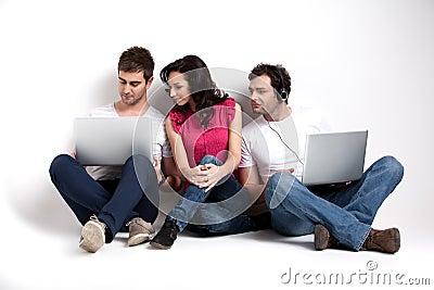 Amigos curiosos que miran la computadora portátil