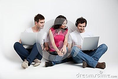 Amigos curiosos que olham o portátil