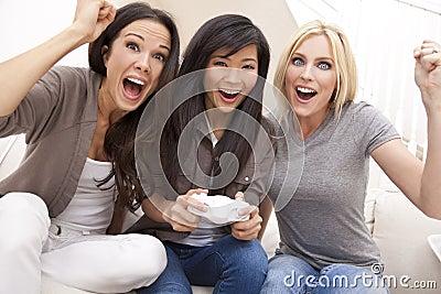Amigos hermosos de las mujeres que juegan a los juegos video