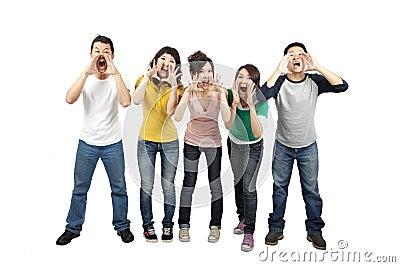 Amigos jovenes que gritan junto