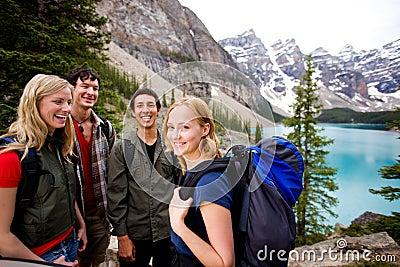 Amigos que acampan en montañas