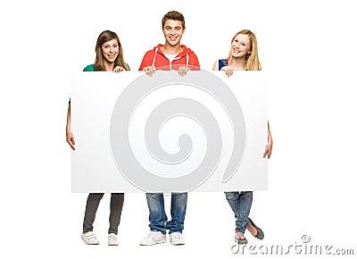 Amigos que prendem o poster em branco