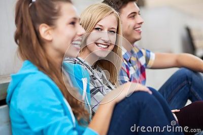 Amigos que sentam-se junto