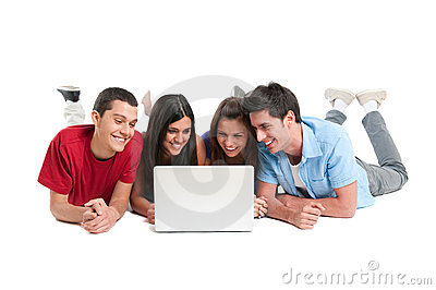 Amigos que têm o divertimento no portátil