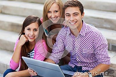 Amis avec l ordinateur portatif