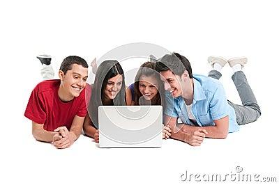 Amis ayant l amusement à l ordinateur portatif