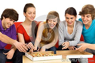 Amis mangeant de la pizza