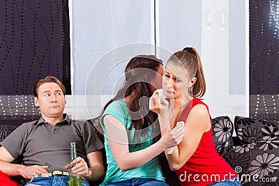 Amis observant un film triste dans la TV