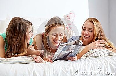 amis ou filles d 39 ado lisant le magazine la maison photo stock image 67960188. Black Bedroom Furniture Sets. Home Design Ideas
