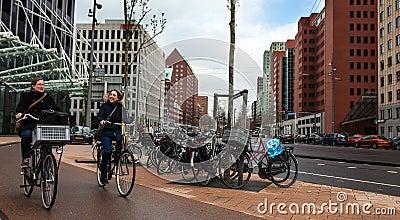 Amis sur des bicyclettes Photo éditorial