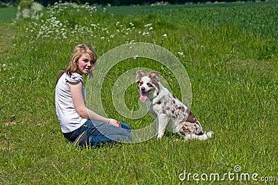 Amistad entre la muchacha y el perro de animal doméstico