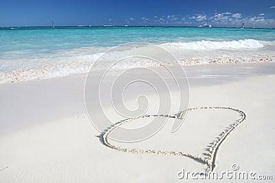 Amor: Coração na praia da areia, oceano tropical