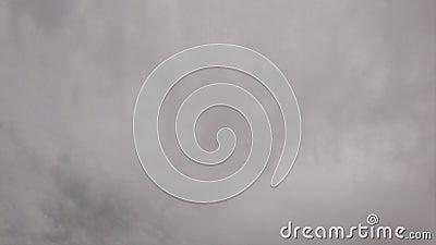 Amorficzne nimbostratus chmury w czasu upływie z dymiącymi szarość barwili lekkich skutki zbiory