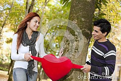 Amour et affection entre un jeune couple