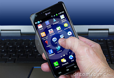 AT&T Smartphone avec les graphismes sociaux de medias Photo stock éditorial