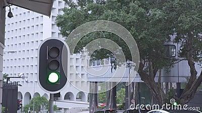 Ampel auf der Stadtlandstra?enstra?e und -autos, die st?dtische Geb?ude des Hintergrundes weitergehen Ampel- und Autoverkehr auf  stock video footage