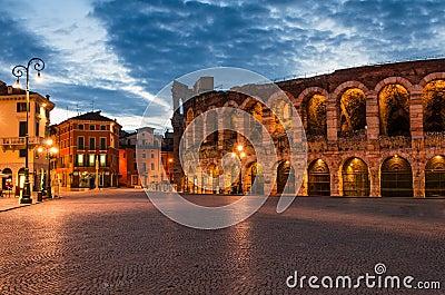 Piazza Bustehouder en Arena, Verona amphitheatre in Italië