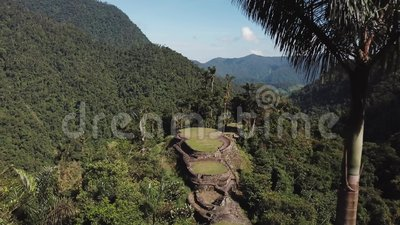 Ampia vista del fuco del sito antico della città persa in Colombia e le montagne stock footage