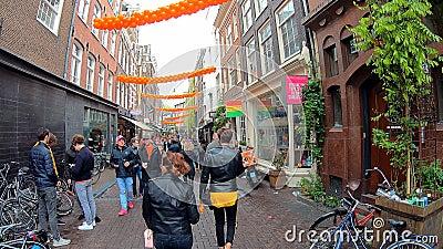 Amsterdam, Nederland - 27 April 2019: Snelle geanimeerde video met mensen die in de straten van Nederlands Amsterdam op Dag 201 l stock videobeelden