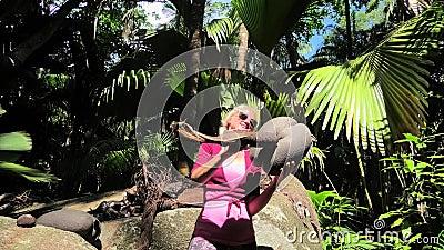 Amusement avec des noix de coco de Coco de Mer clips vidéos