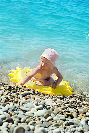 Amusement de petite fille dans la piscine