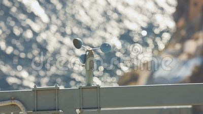 Anémomètre de tasse tournant jusqu'à la vitesse du vent de mesure au bord de la mer, prévisions météorologiques banque de vidéos