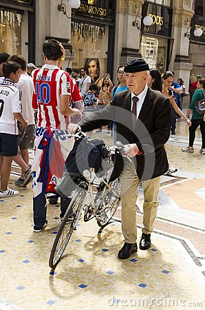 Free An Old Fashioned Man In Milan, Italy Stock Photography - 108913372