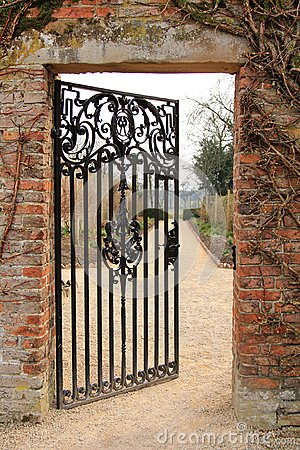 Free An Open Iron Gate Royalty Free Stock Photography - 41006107