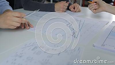 Analiza i dyskusja na wykresy stole, samiec i żeńskiej ręce z ołówkiem, zbiory