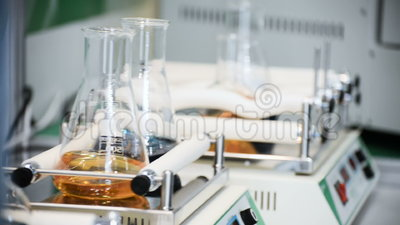 Analytisch materiaal, laboratoriumschudbeker stock video