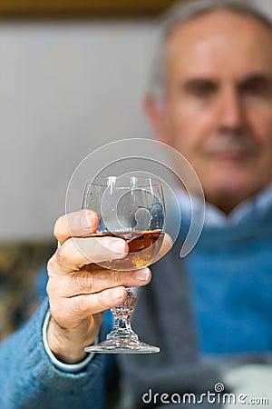 Ancião que faz um brinde