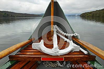 Ancoraggio sul radiatore anteriore della barca sul lago, giorno nuvoloso