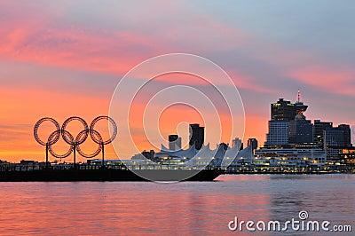 Anelli olimpici nel porto di Vancouver Immagine Stock Editoriale