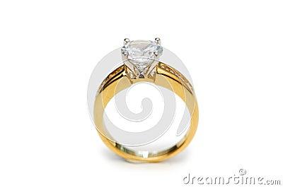 Anello dorato con il diamante isolato sul bianco