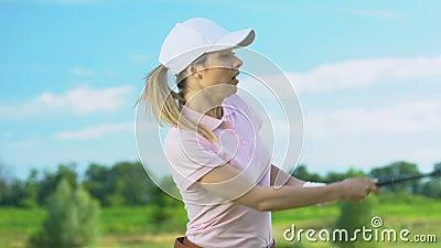 Anfängerin, die einen Hit macht und einen anderen Spieler bekommt, Witz scheitert stock footage