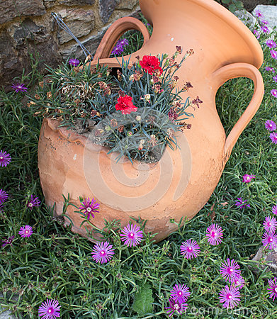 Anfora greca dell 39 argilla con i fiori fotografia stock for Anfora giardino