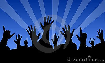 Angehobene Hände an einem Konzert
