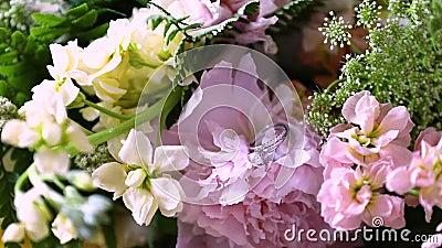 Anillo de compromiso en ramo de las flores Primer - ramo que se casa hermoso metrajes