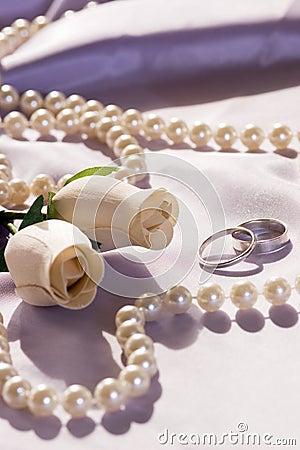 Anillos de bodas y rosas