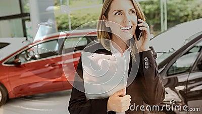 Animação de Digitas do executivo de vendas fêmea que fala no telefone na sala de exposições do carro vídeos de arquivo