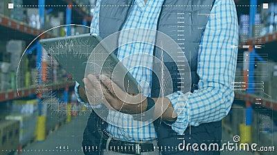 Animatie van een werknemer die een harde hoed draagt met een digitale tablet in een pakhuis met werkingsscans stock video